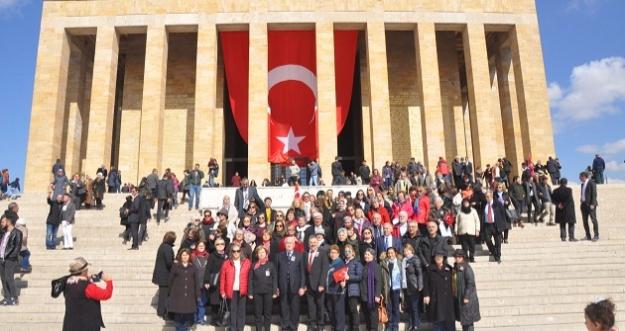 BEŞİKDÜZÜ ÖĞRETMEN OKULU MEZUNLARI ANITKABİR'DE ÇELENK SUNDU