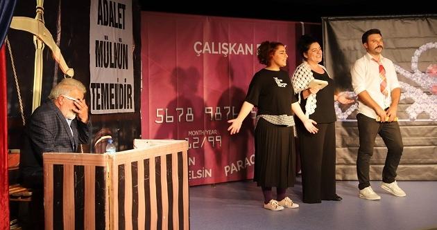 "'DİKKAT AİLE VAR"" ADLI TİYATRO SAHNELENDİ"